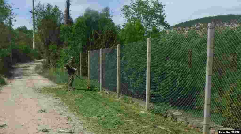 Сельский житель занимается покосом травы