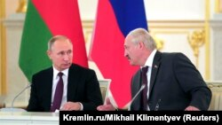 Уладзімір Пуцін (зьлева) і Аляксандар Лукашэнка, архіўнае фота