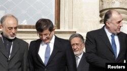 Глава МИД Ирана Али Акбар Салехи (слева), рядом с ним его турецкий коллега Ахмет Давутоглу и глава МИД Азербайджана Эльмар Мамедъяров (справа), Стамбул, 22 декабря 2010 года