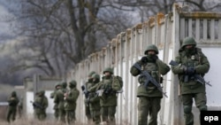 Вооруженные люди в районе украинской военной части в Перевальном, под Симферополем. 19 марта 2014 года.