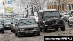 Алматы көшесіндегі көліктер.
