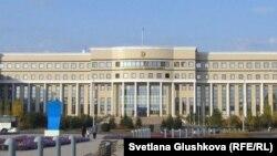 У здания министерства иностранных дел Казахстана в Астане.
