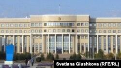 У здания министерства иностранных дел в Астане.