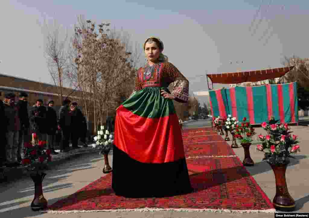 Афганская мадэль прадстаўляе традыцыйны касьцюм падчас першага вулічнага паказу мод у Кабуле 23 студзеня (Reuters / Omar Sobhani).