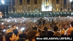 Акция протеста у здания парламента