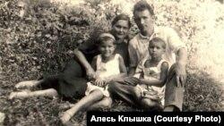 Анастасія іАляксандар Клышкі здочкамі Валяй іІрай. Менск, 1939 год
