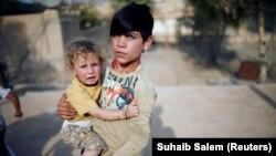 Мальчик-езид с сестрой в окрестностях города Синджар.