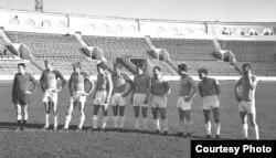 «Тарпэда» правярае дынамаўскі газон перад кубкавым матчам, 1964 год