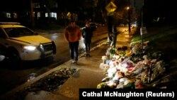 Цветы у синагоги, где расстреляли 11 человек, Питтсбург, США