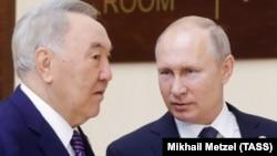 Бывший президент Казахстана Нурсултан Назарбаев (слева) и президент России Владимир Путин перед заседанием Высшего Евразийского экономического совета, на котором Назарбаеву присвоили звание почетного председателя. Нур-Султан, 29 мая 2019 года.