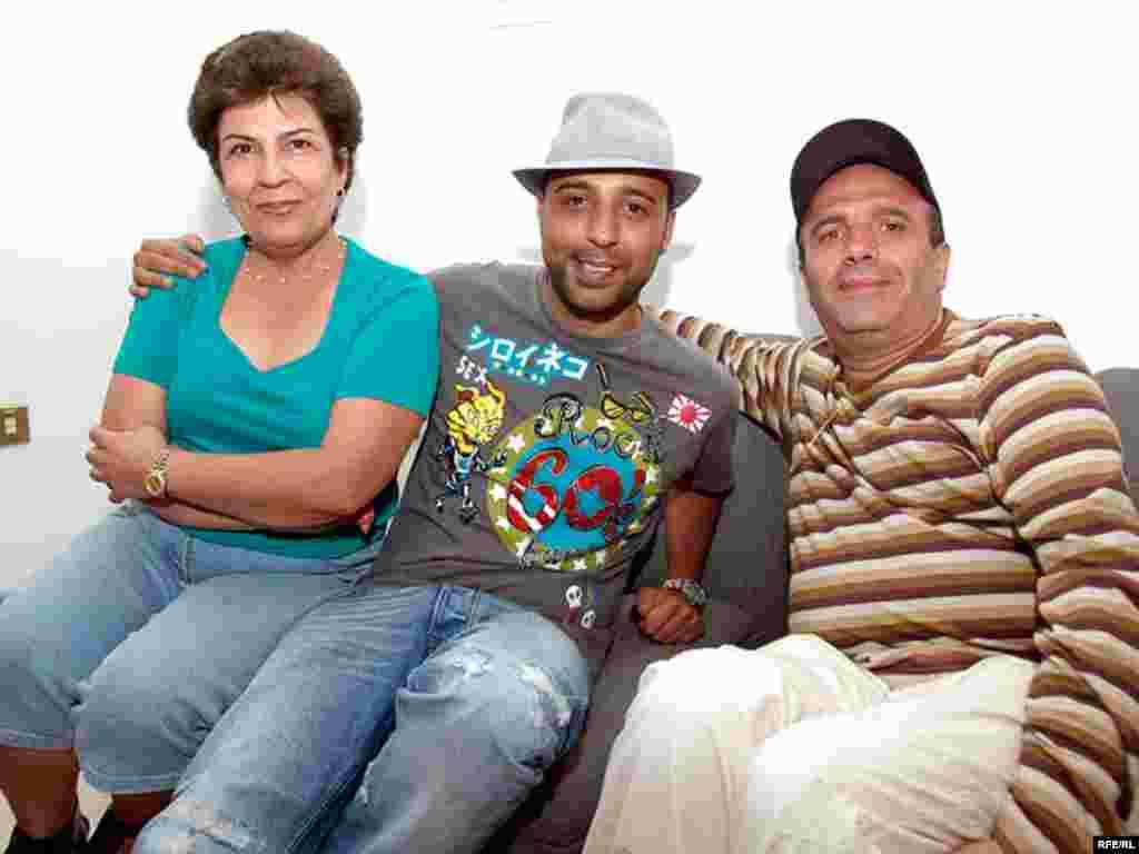 آرش به همراه پدر و مادرش برای اجرای کنسرت به دبی آمده بود.