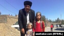 Gulam Salyr Türbet-jam şäherinde ýaşaýan salyr türkmen gyzjagazlary bilen.