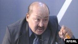 """Жаныбек Жанызак """"Азаттык"""" үналгысынын """"Ыңгайсыз суроолор"""" сыналгы берүүсүндө. 2009-жылдын 22-сентябры."""