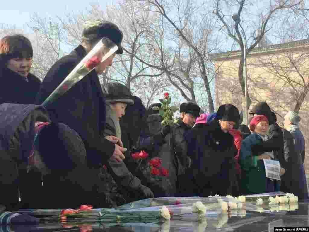 Возложение цветов к монументу.