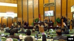 راى گيرى براى ادامه حضور نيروهاى غير آمريكايى در عراق به دنبال مشاجره هاى طولانى در پارلمان این کشور و استعفاى رييس آن به مدت چندين روز به تاخير افتاد.(عکس: EPA)