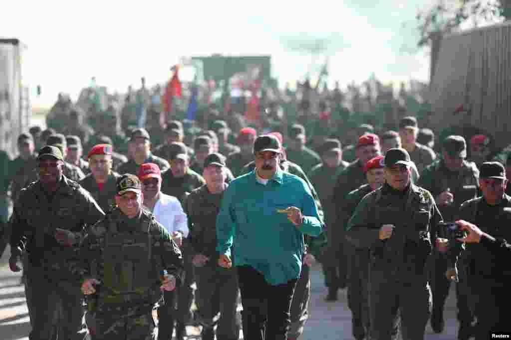 مادورو اما همچنان از حمایت ارتش برخوردار است؛ روسیه، ایران، چین و ترکیه از جمله کشورهایی هستند که از دولت او حمایت کردهاند.