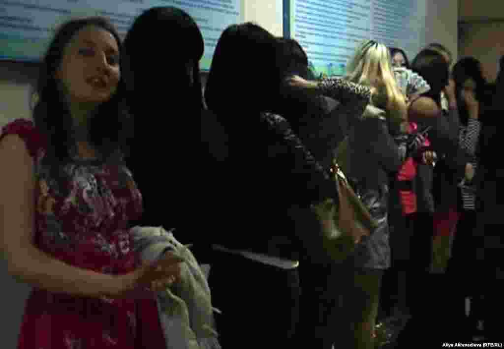 В Талдыкоргане жители города и сотрудники государственных учреждений призывают легализовать проституцию. По мнению некоторых горожан, «легальная проституция убережет мужчин от болезней», также «даст возможность внести вклад в казну в виде налогов». На фото: Молодые женщины в талдыкорганской сауне.
