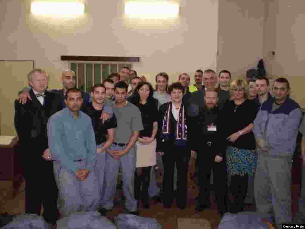 Джамиля Стехликова с группой заключенных и преподавателей, работающих по образовательной программе в тюрьмах. - Джамиля Стехликова с группой заключенных и преподавателей, работающих по образовательной программе в тюрьмах.