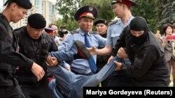 Полиция задерживает участника антиправительственной акции в день досрочных президентских выборов. Нур-Султан, 9 июня 2019 года.