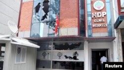 سردر دفتر حزب دموکراتیک خلقها در آنکارا