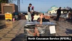 """Художница Катрин Ненашеву проводит акцию против пыток в тюрьмах под названием """"Груз-300"""". Махачкала, 9 октября 2018 года"""