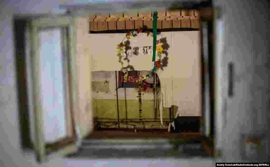 Шкільна актова зала. Вигляд на сцену через вікно. Війна застала її саме з цією декорацією – «Свято 1945»...