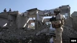 سرباز ناتو در کابل پس از یک انفجار انتحاری