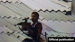 """Снайпер, член группировки """"Сасна црер"""", на крыше здания захваченного отряда ППС в ереванском районе Эребуни"""