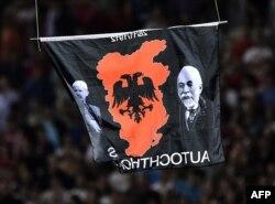 """Zastava """"Velike Albanije"""" prikačena na dron"""