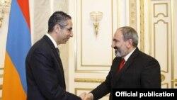 Премьер-министр Армении Никол Пашинян (справа) приветствует министра обороны Республики Кипр Савваса Ангелидиса, Ереван, 13 февраля 2019 г.