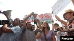 Жаш активисттердин Ереван шаардык мэриясынын алдындагы демонстрациясы. 26-июль 2013.