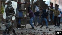 Так жбурляли камінням у поліцію протестувальники після смерті Бурхана Вані у Кашмірі в липні минулого року