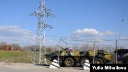 Un transportor auto blindat rusesc la postul de pacificatori de la Dubăsari
