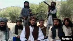 """Pakistanyň """"Talyban"""" hereketiniň öldürilen ozalky ýolbaşçysy Hakimullah Mehsud (ortada)."""