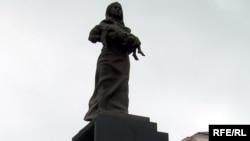 Xocalı faciəsi qurbanlarının xatirəsi üçün Bakıdakı Ana Fəryadı heykəli