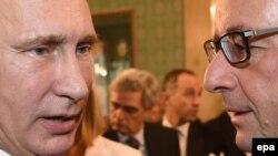Президенти Росії Володимир Путін (ліворуч) і Франції Франсуа Олланд спілкуються в кулуарах саміту «Азія – Європа» в Мілані, 17 жовтня 2014 року