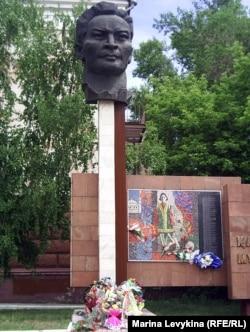 Монумент Каюму Мухамедханову после митинга. Семей, 31 мая 2012 года.