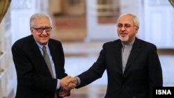 مبعوث الأمم المتحدة للسلام في سوريا الأخضر الإبراهيمي ووزير الخارجية الإيراني محمد جواد ظريف في طهران