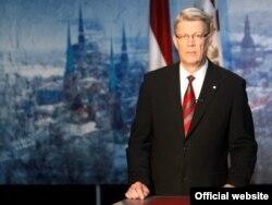 Экс-президент Латвии Валдис Затлерс объявляет по телевидению о роспуске парламента. Рига, 28 мая 2011 года.