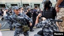 Москвада полиция айрым митингчилерди кармап жаткан учур, 9-сентябрь 2018-жыл.
