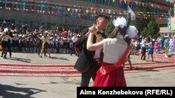 Выпускники танцуют школьный вальс. Алматы, 25 мая 2014 года.