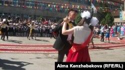 Мектеп бітірушілер билеп жүр. Алматы, 25 мамыр 2014 жыл.