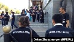 Қалалық прокуратура алдында баспана жөнінде акция өткізіп отырған Астана тұрғындары. 20 тамыз 2013 жыл. (Көрнекі сурет)
