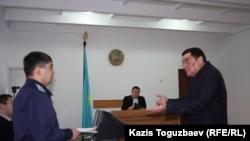 """Суд по делу """"Правдивой газеты"""", закрываемой властями по обвинению в нарушении порядка указания выходных данных. Алматы, 12 февраля 2014 года."""