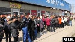 Саудагерлер базарларын жаппауды талап етіп тұр. Алматы, 26 наурыз 2009 жыл. (Көрнекі сурет)