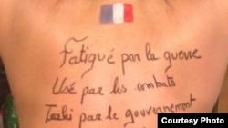 Спина одной из жен француских военных с посланием министру обороны