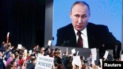 Президент Путин жыл соңундагы маалымат жыйынында журналисттердин суроолоруна жооп берүүдө. 23.12.2016
