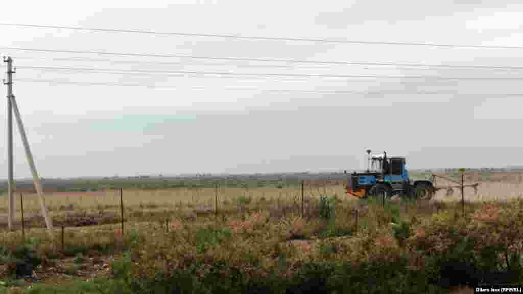 Трактор на приграничной территории.