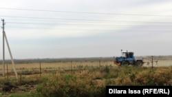 Шекара аймағындағы трактор. 16 мамыр 2018 жыл