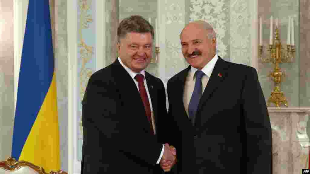 Украина президенті Петр Порошенко (сол жақта) мен Беларусь президенті Александр Лукашенко.Минск, 26 тамыз 2014 жыл.